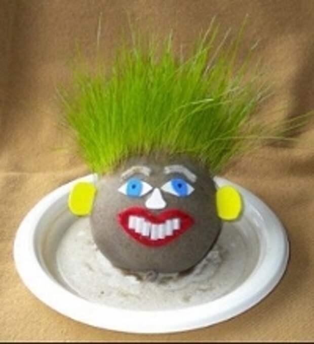 Пусть ребенок сделает прическу травянчику, когда трава немного подрастет. Эта весенняя поделка порадует как взрослых, так и детей. Кроме этого ее можно преподнести в качестве подарка или удивить воспитателя в детском саду. Оригинальный травянчик станет настоящим украшением интерьера.