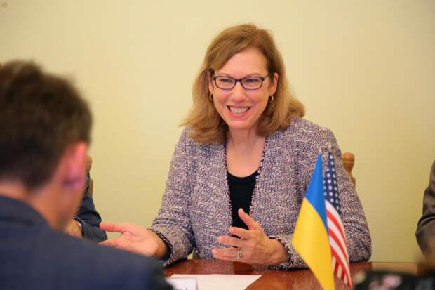 Тихим САПом и «плюшками»: Украинский безвиз – под огнем Кристины Квин
