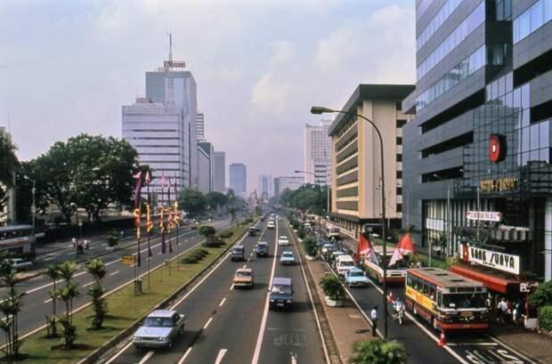 """Огромный мегаполис Джакарта к 1992-му окончательно превратился в """"город для автомобилей"""": 1992, СССР, дорожное движение, капиталистические страны, прошлый век, соц. страны, страны третьего мира, улицы"""