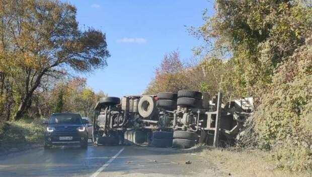 ДТП на дороге «Симферополь – Каштановое»: МАЗ столкнулся с «Нивой», трое пострадавших