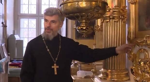 Священник можгинской церкви в одиночку реставрирует иконостас 18 века