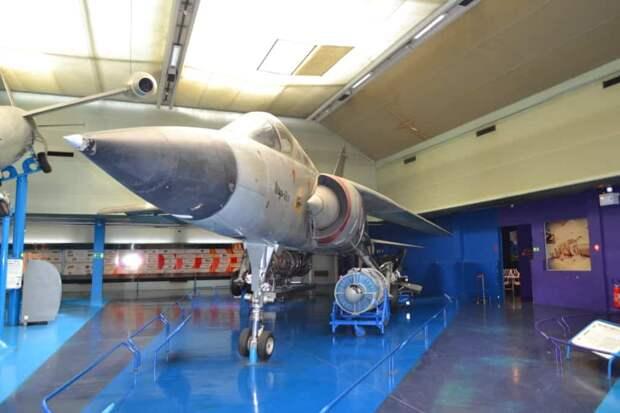 Левое крыло в музейном «Мираже» G8 установлено в положение максимальной стреловидности – так с самолет совершает сверхзвуковой бросок, чтобы догнать воздушного противника или прорвать рубеж ПВО. Конечно, так в эксплуатации быть не должно, зато наглядно показывает саму идею КИС