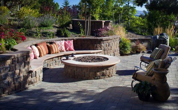 зона отдыха с каменной скамейкой
