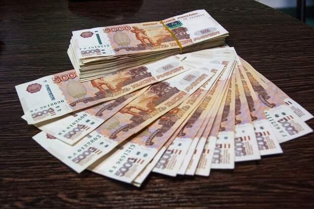 Московская пенсионерка сбросила с балкона больше полумиллиона рублей