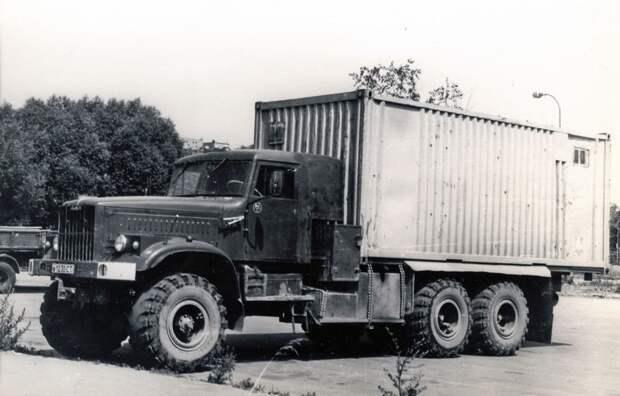 А вот еще один суровый дальнобойщик с деревянной кабиной, да еще на основе «лаптежника» КрАЗ-255Б: его негабаритная ширина в начале девяностых еще никого не волновала. авто, автотюнинг, грузовик, краз, самосвал, советская техника, тюнинг, тягач
