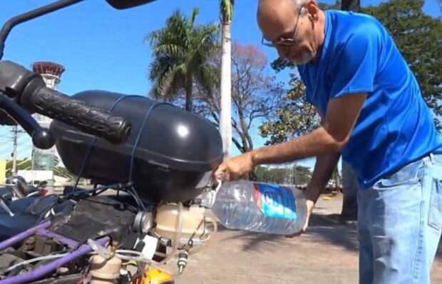 Рикардо Азеведо заправляет свой мотоцикл обыкновенной водой. | Фото: dailymail.co.uk.
