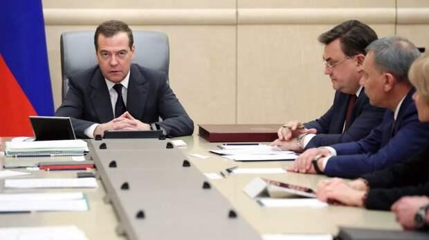 """""""Наши люди жили в бараках"""": Правительство накопленными триллионами рублей спонсировало американцев"""