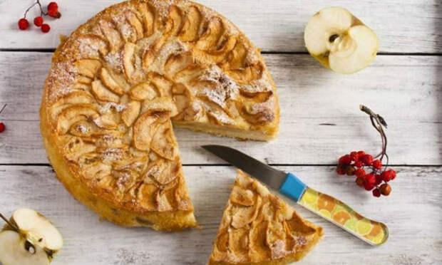 Самый летний пирог: быстрая и сочная шарлотка