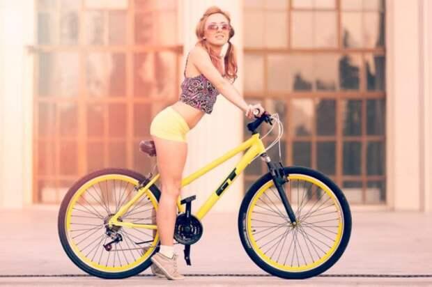 девушка сидит на велосипеде
