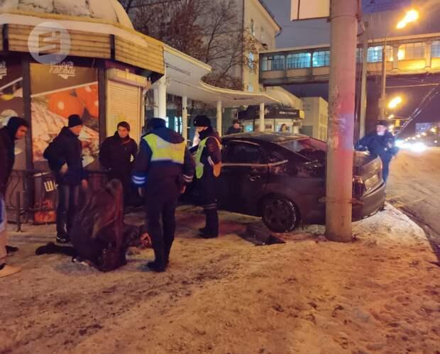 Врезавшаяся в остановку иномарка в Ижевске, мнение синоптиков о грядущей зиме и быстрый способ вывести алкоголь из тела: что произошло минувшей ночью