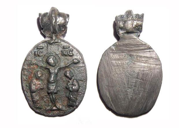 Бронзовый переливок с иконки-литика с изображением распятого Христа, двух предстоящих фигур и греческой надписью IС XC