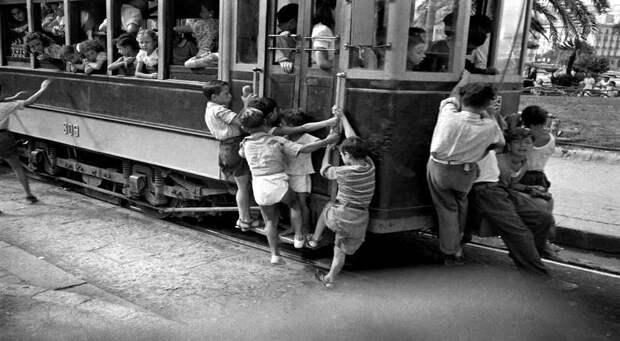 Италия, Неаполь, 1948 год - Мальчишки, прицепом катающиеся на трамвае