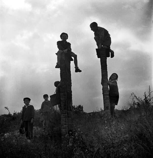 Польша, 1948 год - Дети, гуляющие на развалинах после школьных занятий