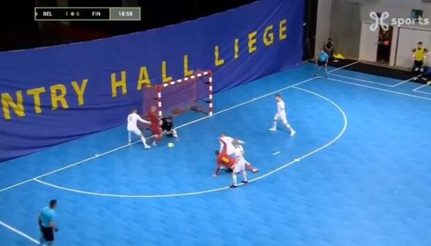 Бельгийский футзалист забил эффектный гол пяткой, поиздевавшись над защитником и вратарем. Видео