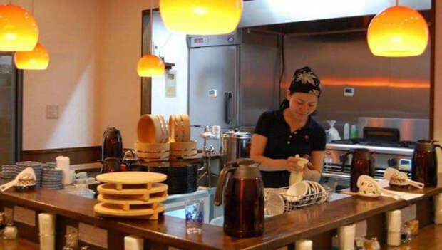 Кто работает, тот ест: в Токио открылся ресторан, где можно поесть, отработав смену на кухне