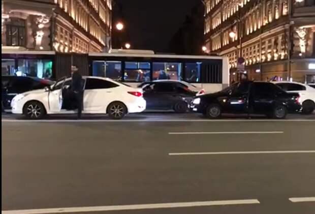 Акция азербайджанцев на Невском закончилась для ее участников запретом на въезд в Россию
