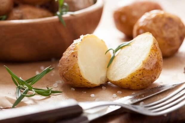 Когда варю картофель в мундире, делаю надрезы на кожуре и добавляю три ингредиента: очень вкусно и за секунды можно очистить