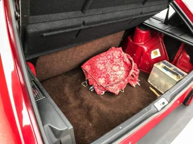 Ковер багажника также коричневый. На полу лежат тканевые чехлы, которыми были покрыты сиденья авто, автомобили, ваз, ваз 2109, капсула времени, олдтаймер, ретро авто