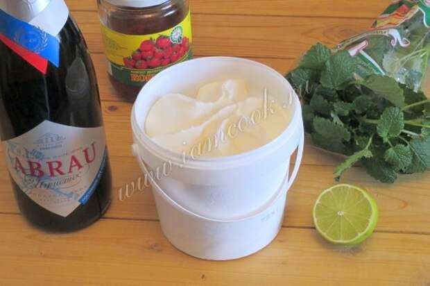 Ингредиенты для коктейля из шампанского и клубники
