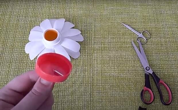 Правильно перерабатываем пластик: милые ромашки на садовом участке