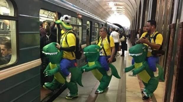 В метро можно увидеть бесплатное костюмированное представление автобус, люди, метро, общественный транспорт, работа, электричка
