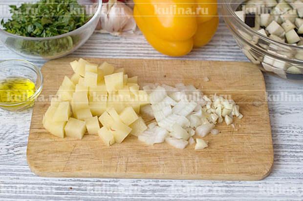 Репчатый лук и чеснок мелко нарезать, картофель нарезать кубиками.