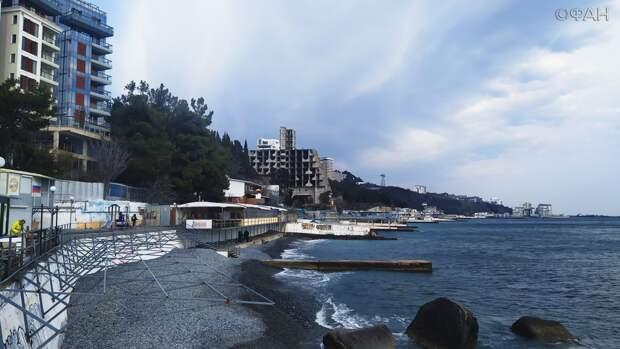 Уродец на главном пляже Ялты: снесут ли отель «Парус», который так и не достроили