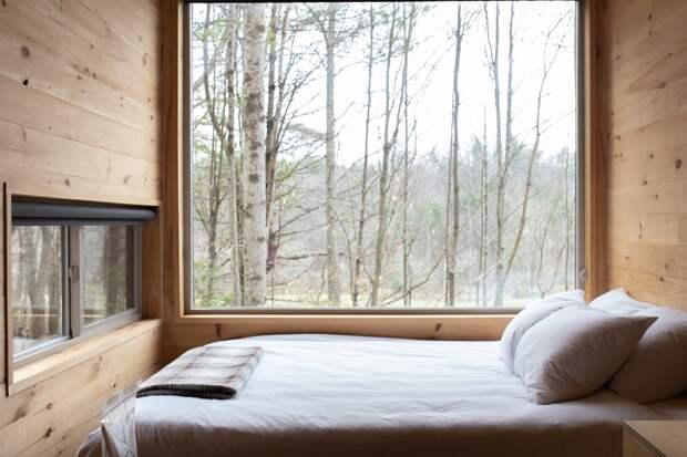 Кровать возле окна