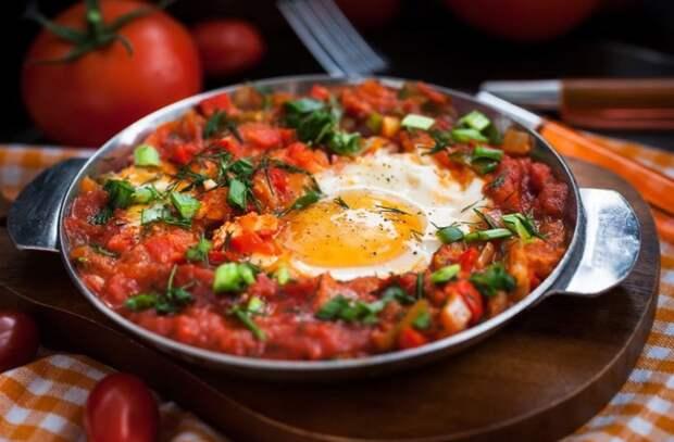 Яичница с помидорами и луком по-восточному: готовим шакшуку