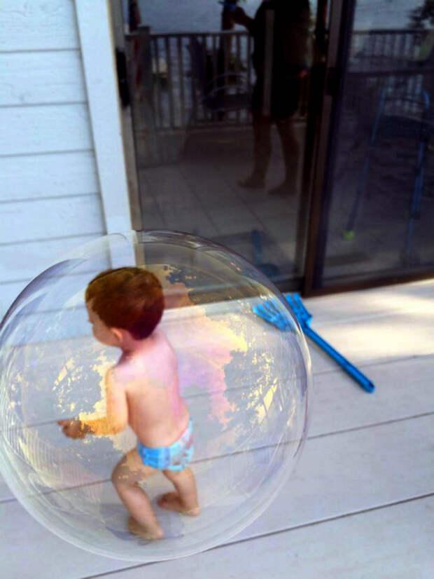 Малыш в пузырике.   Фото: Imgur.