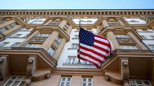 Автомобиль протаранил ворота резиденции посла США в Москве