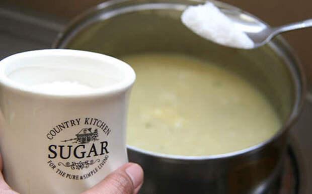 Если суп пересолен, поможет сахар