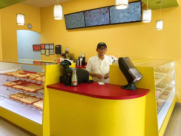 Я сфоткал грустного папу: никто не пришел в его магазин пончиков. И тут случилось чудо