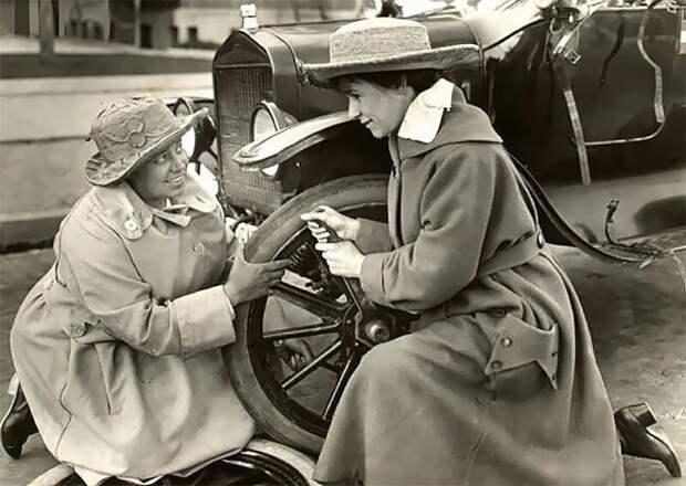 Американские суфражистки Маргарет Уиттемор и Марджери Роуз меняют колесо на машине во время поездки по городам США, 1916 г. 20 век, автомеханик, женщина 20 век, женщина и авто, женщина и машина, механики, ретро фото, старые фото