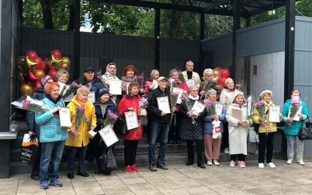 В сквере на Бажова устроили праздник в честь пенсионеров-именинников