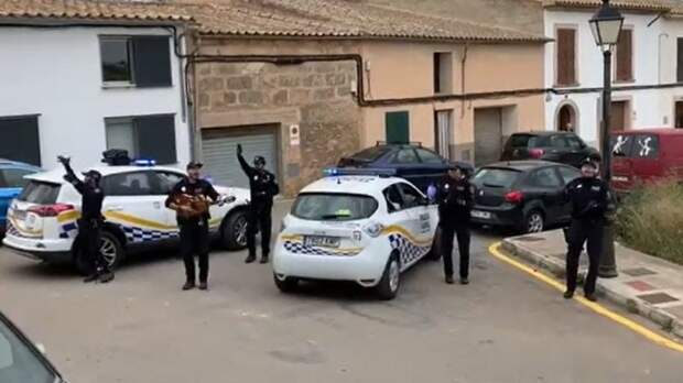Испанские полицейские дают концерты для горожан