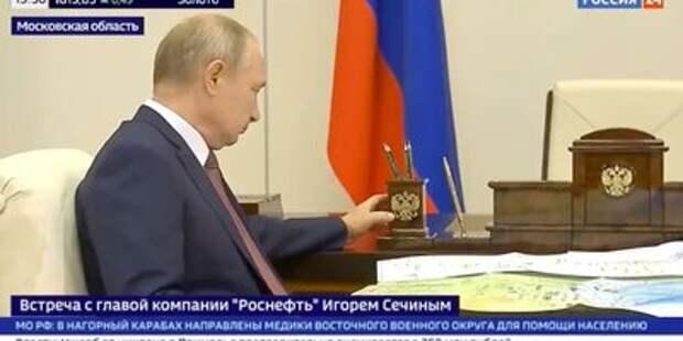 Путин на встрече с Сечиным погладил символ власти: Яндекс.Новости