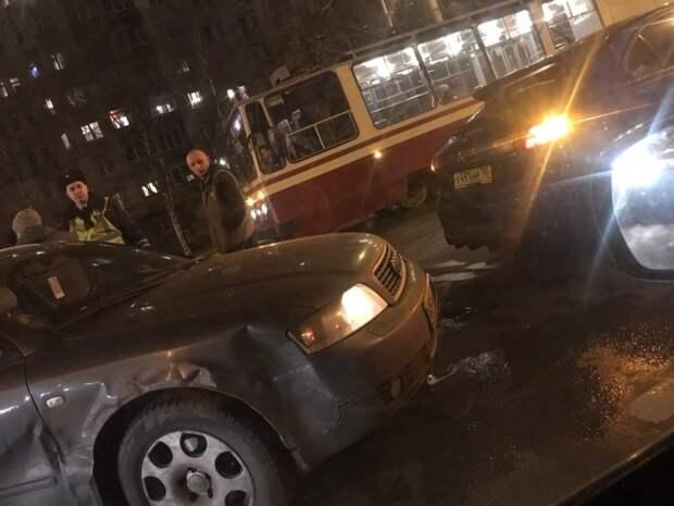 Несколько водителей скоротали пятничный вечер в ДТП на Наличной