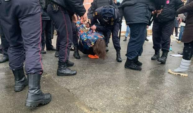 Восьмерых участников митинга вподдержку Навального задержали вМагадане
