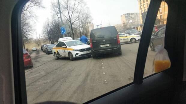 В Высоковольтном проезде водитель такси не уступил дорогу и врезался в «Хюндай»