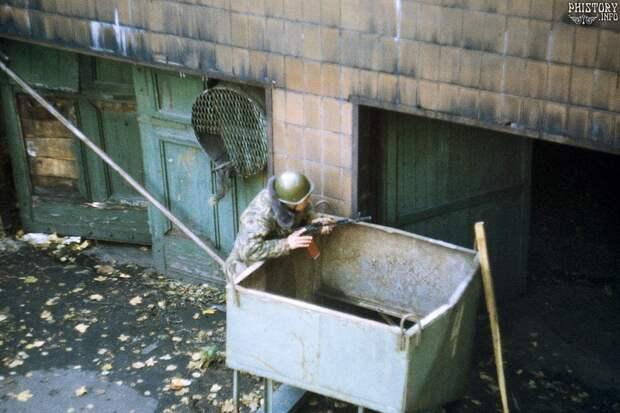 Бойцы 106-й гвардейской воздушно-десантной дивизии окружают Дом Советов. Москва. Российская Федерация. 4 октября 1993 года.