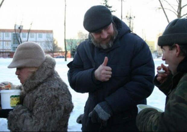 Позор Украине! Пенсионеров кормят на улице, как собак