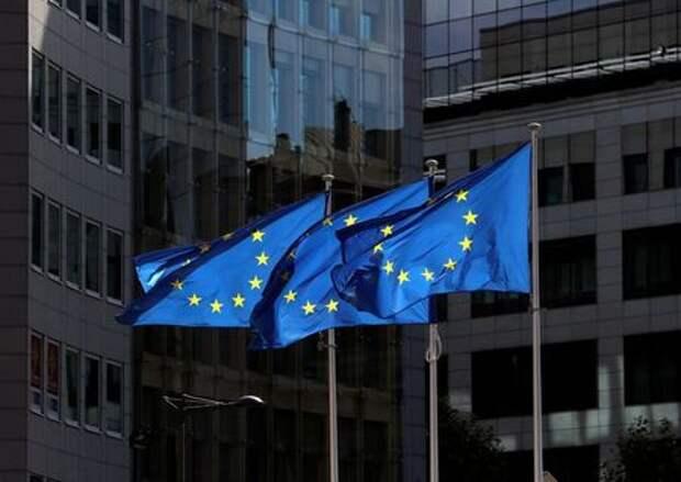 Флаги Европейского союза возле штаб-квартиры Европейской комиссии в Брюсселе, 21 августа 2020 года. REUTERS/Yves Herman