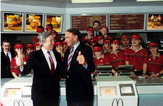Первый в Москве Макдональдс открылся в 1990 году, в Москве открылся первый советский Макдональдс