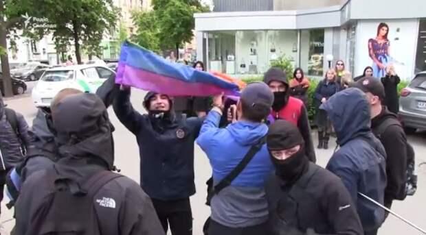 На гей-свадьбе в Харькове били не только геев, но и полицию (видео)