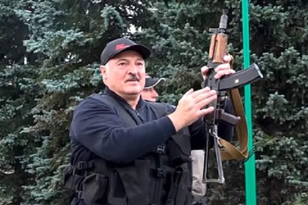 Лукашенко на день рождения подарили портрет сына с автоматом