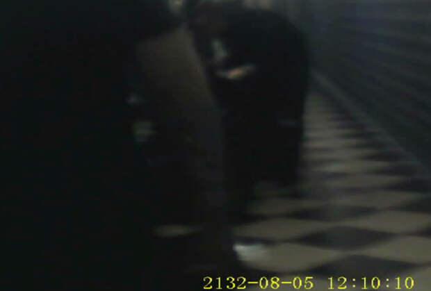 Характерный пол в черно-белую косую плитку, попавший на видео издевательств
