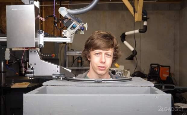 Робот-парикмахер постриг своего изобретателя