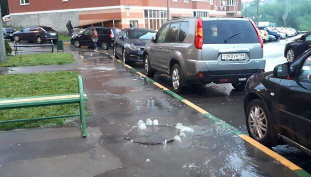 Фонтан нечистот бил из канализационных люков у ЖК «Сосновка» после дождя
