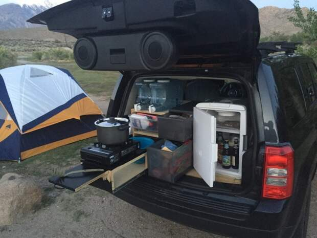 Парень обустроил багажник своего автомобиля для отдыха на природе